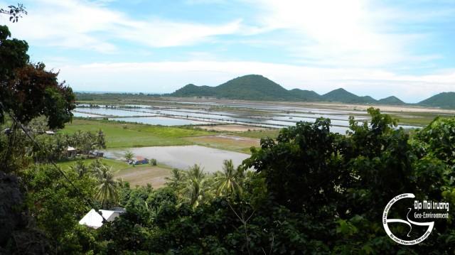 Hình 10. Cảnh Hình 10. Cảnh quan bờ biển Mũi Nai nhìn từ Thạch Động
