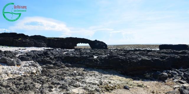 Hình 1. Cổng Tò Vò Lý Sơn