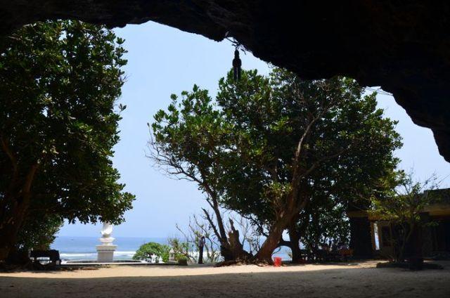 Cảnh trước Chùa Hang