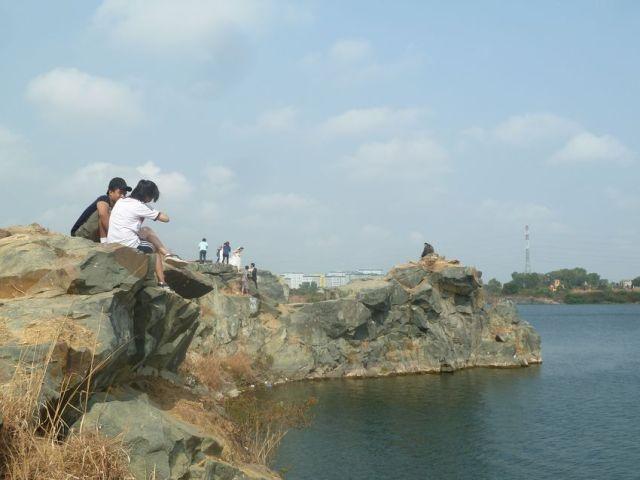 Vách đá ven Hồ Đá lớn