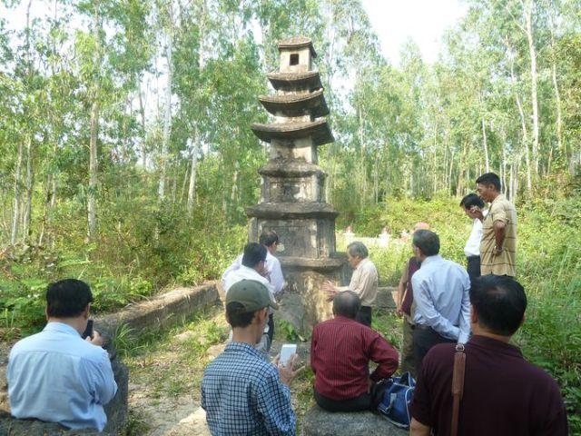 Thăm quan tháp mộ cổ tại Phổ Vinh
