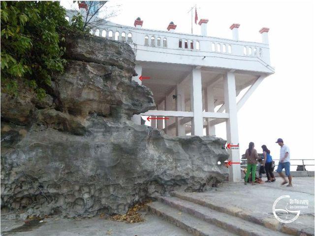 Hình 4. Các hõm sóng vỗ (mũi tên đỏ) trên vách đá cát kết tại Dinh Cậu
