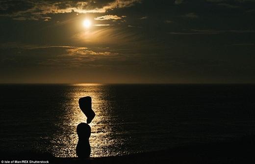 Trong ánh sáng chập choạng, hòn đá ở trên cùng dường như đang nổi trong không gian đầy ma mị.