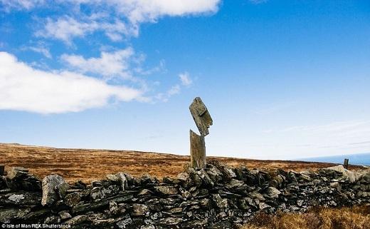 Adrian Gray đã tìm kiếm khắp hòn đảo Man để chọn những hòn đá hoàn hảo nhất, cũng như vị trí phù hợp cho những tác phẩm của anh như núi Snaefell.
