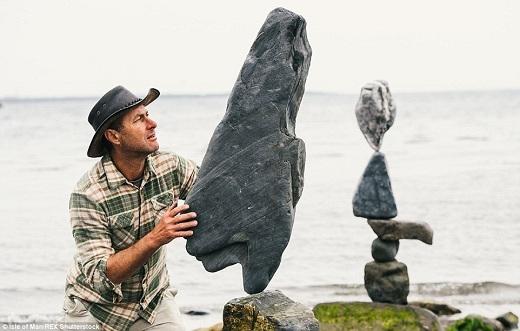 """Để cho ra đời được những tác phẩm """"kinh điển"""" như vậy, Adrian đã mất hàng giờ tỉ mẩn đặt những hòn đá hình thù kì quái lên nhau."""