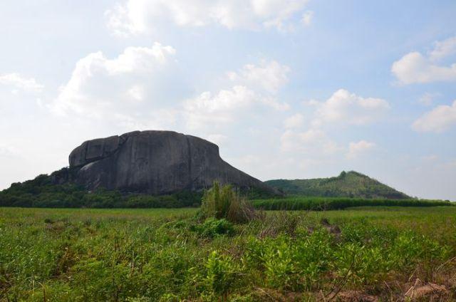 Địa hình thềm sông và núi Hang Dơi - granit (bên trái) và núi Đông Bắc - núi lửa (bên phải) khu vực đông nam Định Quán