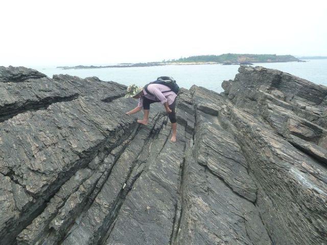 Đá phiến thạch anh - biotit trên đảo Hòn Mang