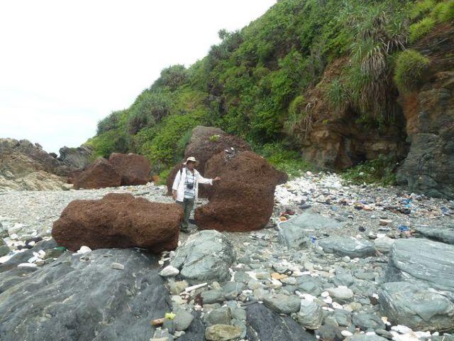 Các khối tảng laterit dưới chân vách biển
