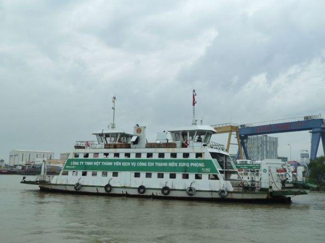 Phà qua sông Nhà Bè sang Bình Khánh