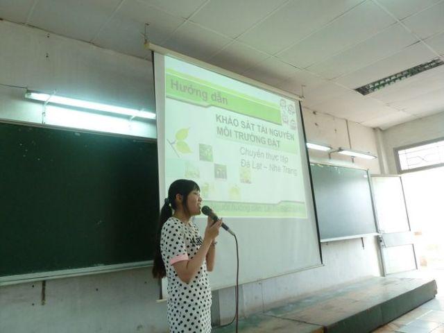 Cô Bạch Linh trình bày các phẫu diện đất cơ bản