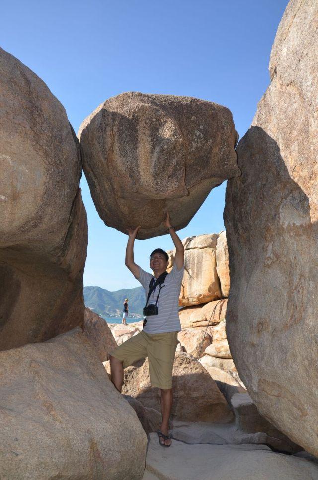 Khối đá kẹt tại khu vực Hòn chồng
