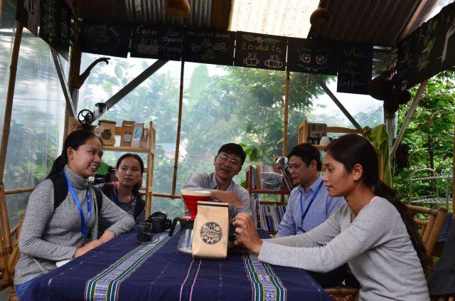Tại quán cà phê của vợ chồng chị Ro Lan (trong ảnh, thày Tự Thành đang xay cà phê)
