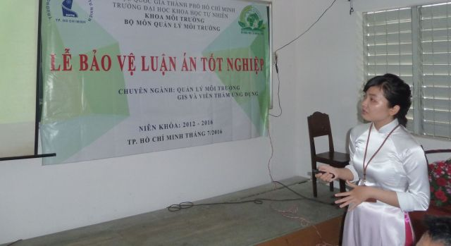 Bạn Võ Thanh Mai trình bày đề tài Lập bản đồ dư lượng kim loại nặng ở ngoại thành TP. HCM