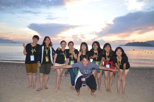 Nhóm 7 (Khánh Linh trường nhóm) đón hoàng hôn trên biển Nha Trang