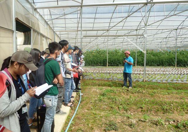 Anh Nguyễn Lê Minh Triết giảng, giải cho sinh viên về nông nghiệp organic