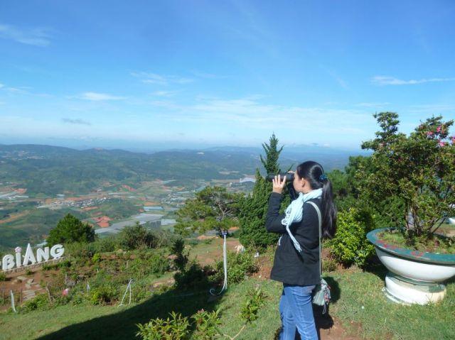 Cô Ngọc Tuyến đang thích thú quan sát các dạng địa hình từ điểm nhìn Radar