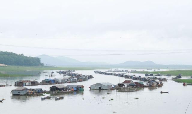 Hình 8: Sáng sớm trên làng cá bè La Ngà