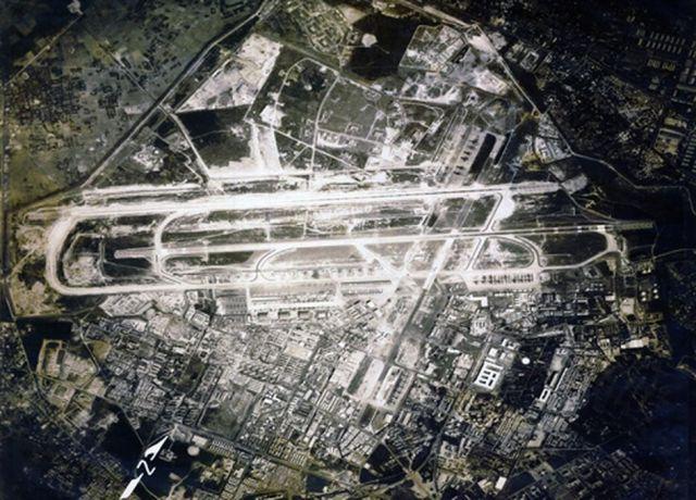 Hình 6. Ảnh hàng không khu vực sân bay Tân Sơn Nhất năm 1968 Các khu vực có tôn ảnh màu đen là vùng thấp (ẩm) và thực vật. (Nguồn Internet)