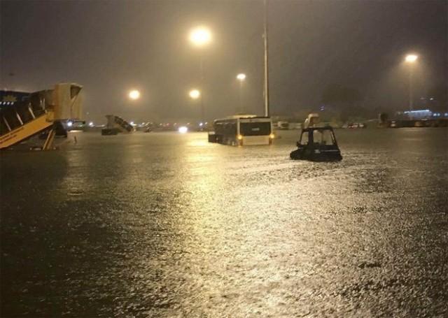 Hình 4. Bãi đỗ của sân bay Tân Sơn Nhất bị ngập nặng. Theo báo cáo của Cuc Hàng không thì có chỗ ngập đến 50cm (Ảnh: Hoàng Lân/Vietnamnet)