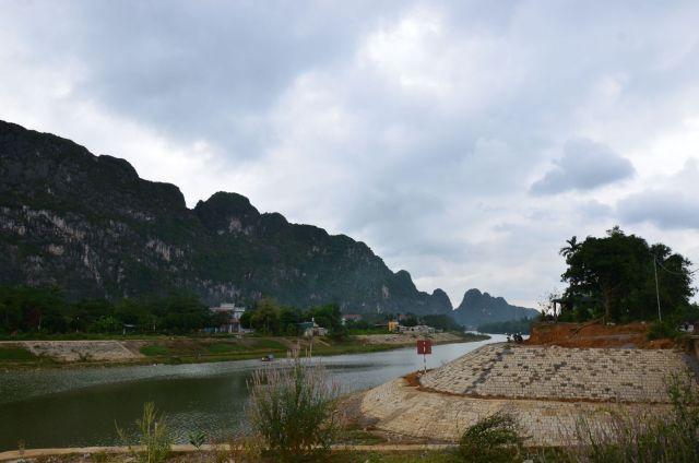 Sông Bôi qua Khoan Dụ (nhìn từ cầu Cả, xóm Chéo Vòng). Sông Bôi thời trước vào mùa lũ nước cuộn trôi, thỉnh thoảng có người ngồi trên nóc nhà giữa dòng lũ kêu cứu. Bên Khoan Dụ có núi đá vôi vách dựng đứng kéo dài phương TB-ĐN theo một đường thẳng băng. Thềm I cao khoảng 5 m (có nhà dân), thềm II cao khoảng 10 m là đồi đất đỏ (đầu cầu Cả)
