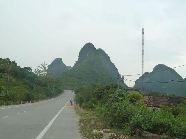 Núi đá vôi dạng tháp. Con đường từ Chi Nê đi Phú Lý tráng nhựa đẹp. Đây cũng là con đường mà bà xã mình cách đây 30 (năm 1986) từng đi bộ (Phủ Lý - xóm Chéo Vòng 30 km). Kết thúc hành trình là đôi chân xưng vù.