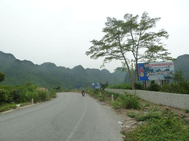 Đỉnh dốc Bòng Bong - ranh giới giữa Hòa Bình và Hà Nam. Dốc này được xem là cao nhất tuyến đường Chi Nê - Phủ Lý, không thể leo bằng xe đạp. Nay xe máy coi như không có dốc.