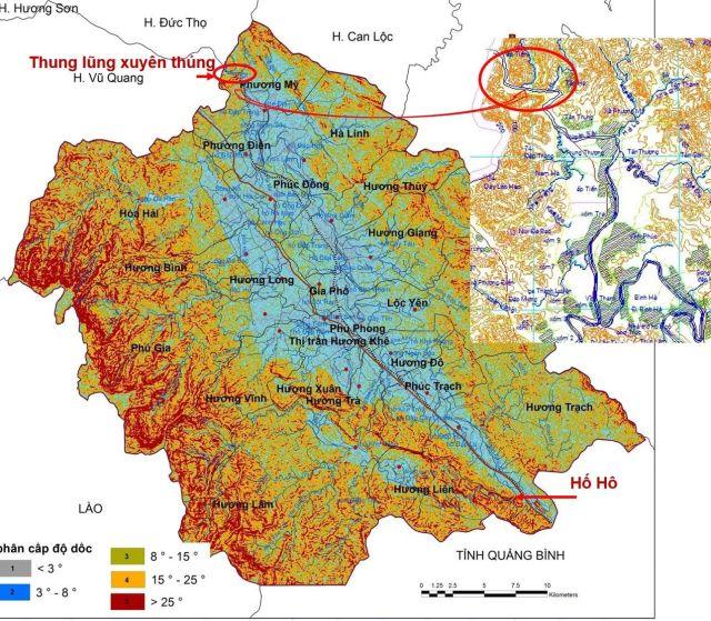 """Hình 3: Trũng Hương Khê – một """"hồ nước"""" sẽ ngập trầm trọng hơn khi xả lũ. Cửa thoát lũ duy nhất là đoạn thung lũng xuyên thủng rộng 70 – 100 m ở Phương Mỹ. Bản đồ độ dốc tham khảo nguồn [2]."""