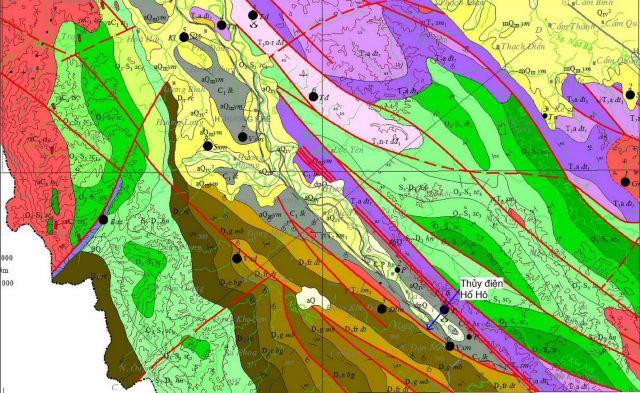Hình 4: Bản đồ địa chất khu vực Hương Khê (trích từ tờ Hương Khê – Kỳ Anh, nguồn [9]. Vị trí đập thủy điện Hố Hô ở đầu mũi tên xanh.