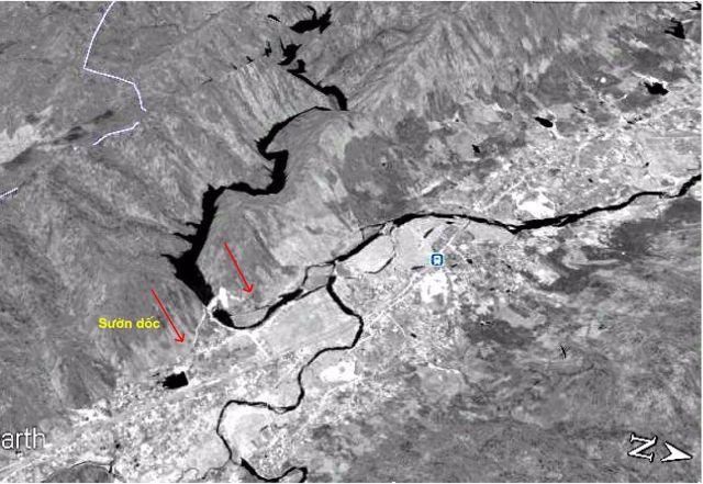 Hình 8: Bề mặt sườn núi hai vai đập Hố Hô có độ dốc lớn (≥ 25o). Ảnh Google Earth 10.06.2011