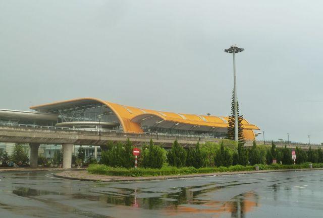Sân bay Liên Khương được thiết kế theo hình ảnh hoa cúc quỳ (dã quì), loài hoa đặc trưng của cao nguyên Lâm Viên.
