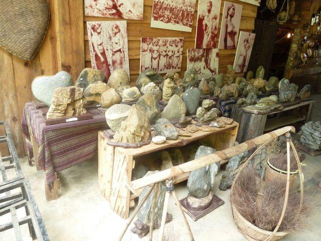 Sưu tập đá cuội, tảng trưng bày tại làng Cù Lần