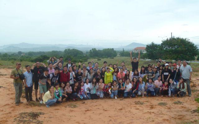Chụp ản kỉ niệm trên đồi cát đỏ (phía sau là đồi điện gió Tuy Phong)