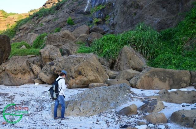 Hình 12: Các khối đá rơi từ vách núi lửa Hang Câu-Chùa Hang chứa các mảnh san hô