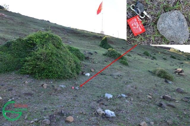 Hình 14: San hô, vỏ ốc biển, khối đá, mảnh đá bazan, cát kết tuf rải rác trên miệng núi lửa Hang Câu - Chùa Hang