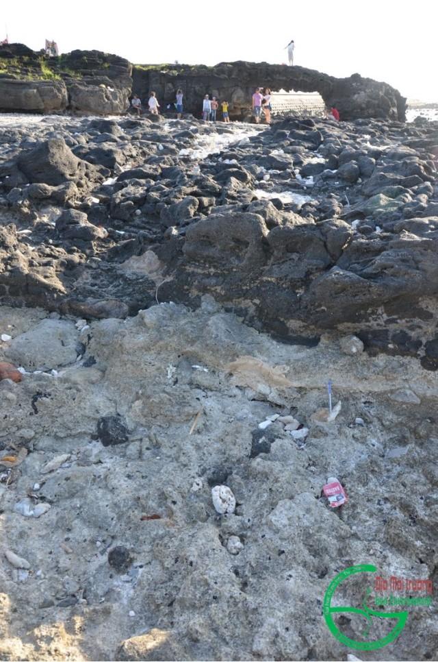 Hình 1. Bazan dòng chảy cổng Tò Vò phủ trên cát kết san hô
