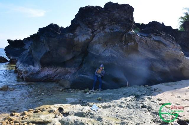 Hình 6: Bazan màu đen ít lỗ rỗng phủ trên cát kết san hô tại Bậc Bè (phía tây Hòn Đụn)