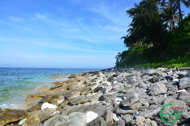 Hình 7: Bờ biển cát kết san hô phía tây cầu cảng bị sóng phá hủy