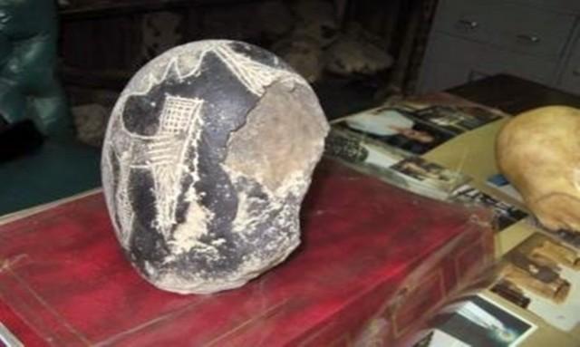 Bao phủ trong một loại chất liệu: Những hòn đá Ica là loại đá andexit được phủ một lớp chất liệu chưa được xác định. (Ảnh: Tư liệu của Eugenia Cabrera/Museo Cabrera)