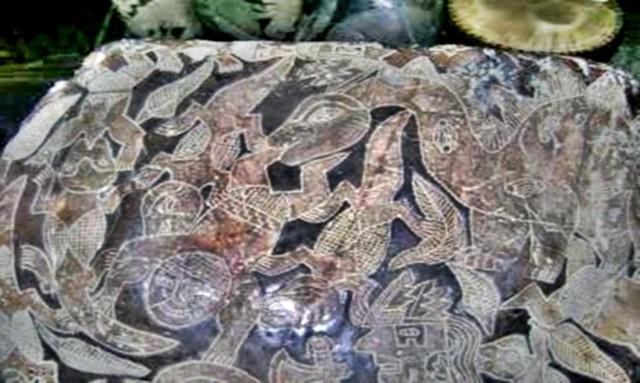 Hình vẽ trên hòn đá này cho thấy một con khủng long đang ăn thịt một người, khiến một số người cho rằng con người đã có mặt trên Trái Đất từ 65 triệu năm trước (thời đại khủng long). (Ảnh: Eugenia Cabrera/Museo Cabrera)