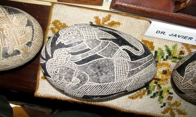Hòn đá này dường như mô tả một người đang lấy não bệnh nhân, kết nối nó với thiết bị đặc biệt để tránh chết não. Ảnh: Brattarb.