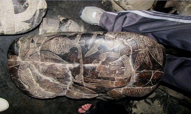 Hình chạm khắc cho thấy cảnh tượng mổ đẻ cho người phụ nữ mang thai. Ảnh: Brattarb.