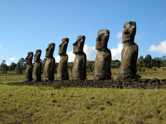 Hình 3. Các tượng (gọi là moai) được chạm khắc từ đá núi lửa