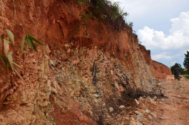 Đường giao thông cắt vào sườn tạo vách dốc đứng, lộ đá và đất phong hóa